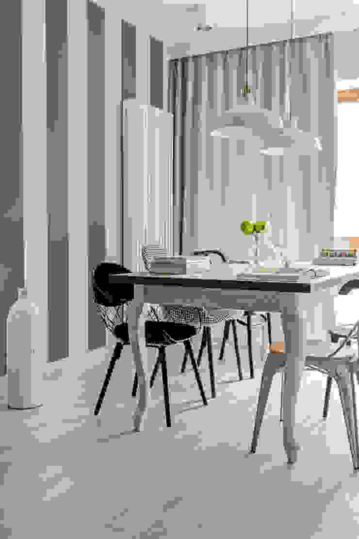 Our photoshoot of apartment design by Domaga Architects Eklektyczna jadalnia od Ayuko Studio Eklektyczny Drewno O efekcie drewna