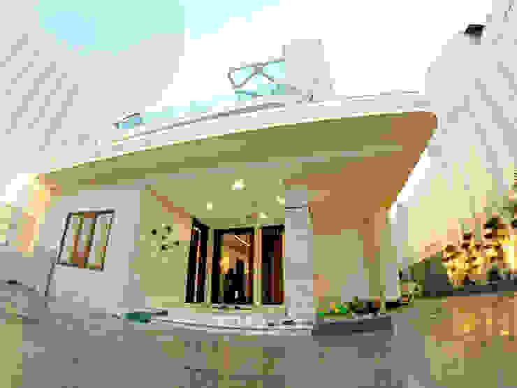 INDRA HIRA INNERSPACE Modern balcony, veranda & terrace