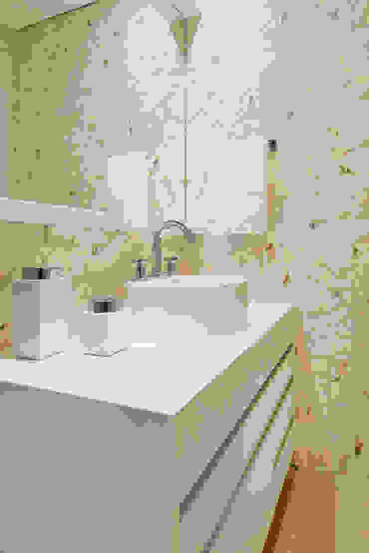 Nowoczesna łazienka od TRÍADE ARQUITETURA Nowoczesny Ceramiczny