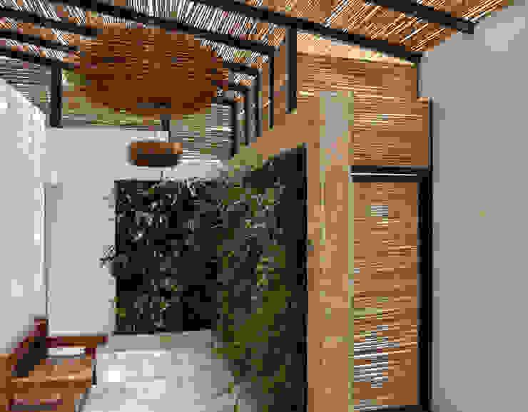 CASA DEL BOSQUE: Pasillos y vestíbulos de estilo  por santiago dussan architecture & Interior design,