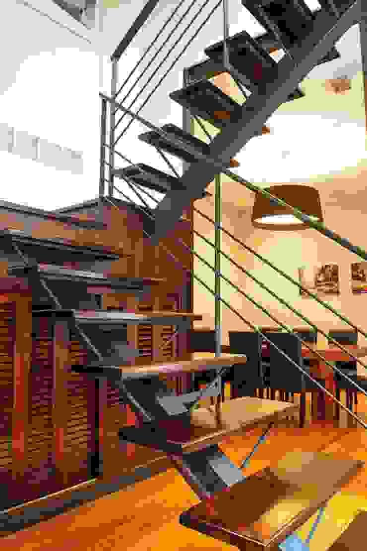 Escaleras + Sala comedor Pasillos, vestíbulos y escaleras de estilo minimalista de Radrizzani Rioja Arquitectos Minimalista Madera Acabado en madera