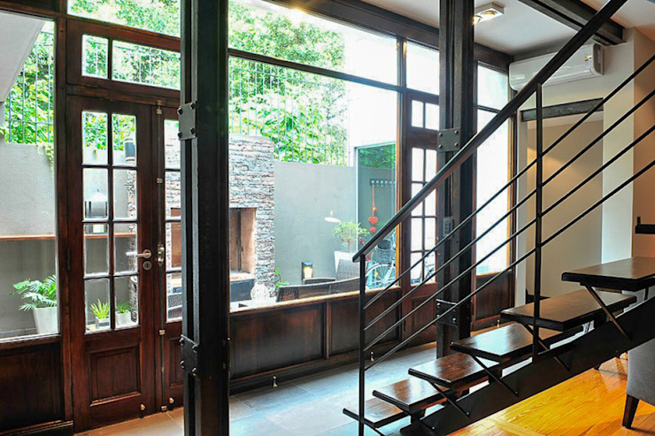 Vista al jardín Minimalistischer Flur, Diele & Treppenhaus von Radrizzani Rioja Arquitectos Minimalistisch Holz Holznachbildung