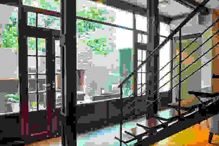 Vista al jardín Minimalist corridor, hallway & stairs by Radrizzani Rioja Arquitectos Minimalist Wood Wood effect