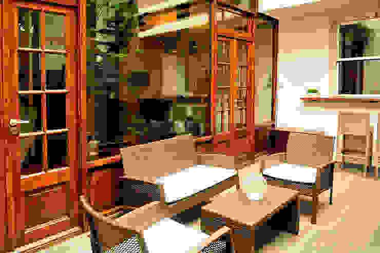 Sala de estar externa Minimalist style garden by Radrizzani Rioja Arquitectos Minimalist Wood Wood effect