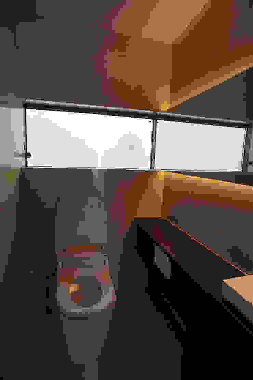 トイレ モダンスタイルの お風呂 の 東章司建築研究所 モダン 石