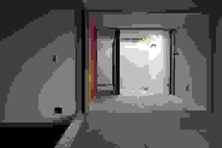 畳間から板の間、坪庭 和風デザインの リビング の homify 和風 木 木目調