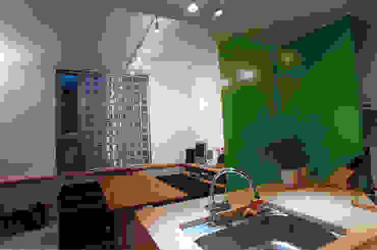 Modern dining room by 東章司建築研究所 Modern