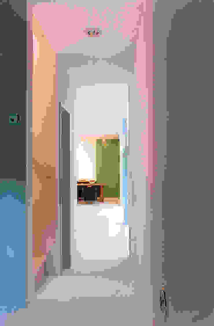 Modern Corridor, Hallway and Staircase by 東章司建築研究所 Modern