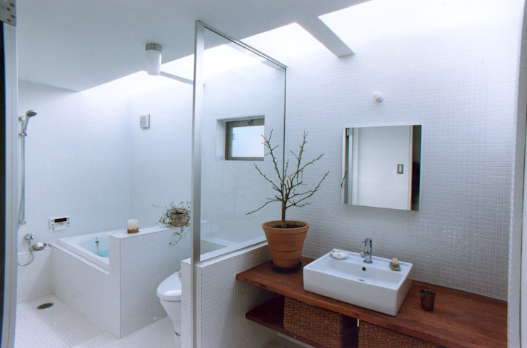 Modern style bathrooms by 東章司建築研究所 Modern Tiles