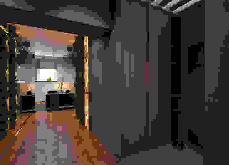 Couloir, entrée, escaliers industriels par Катя Волкова Industriel
