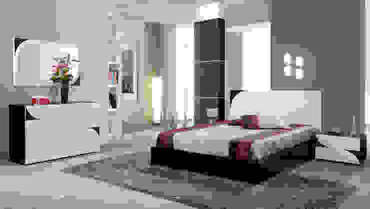 Quarto de casal em madeira carvalho a cor de wenguê com lacado alto brilho branco e pormenores em lacado em preto por relax mobiliário e decoração Moderno Derivados de madeira Transparente