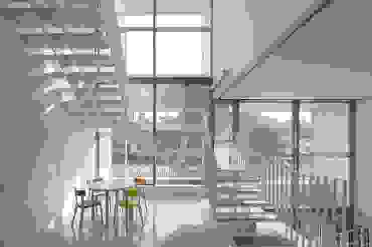 内観:階段ラウンジ オリジナルスタイルの 玄関&廊下&階段 の Ryo MURATA Laboratory オリジナル 鉄/鋼