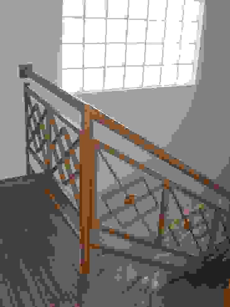 Guarda-corpo da escada Corredores, halls e escadas modernos por Graziela Alessio Arquitetura Moderno Ferro/Aço