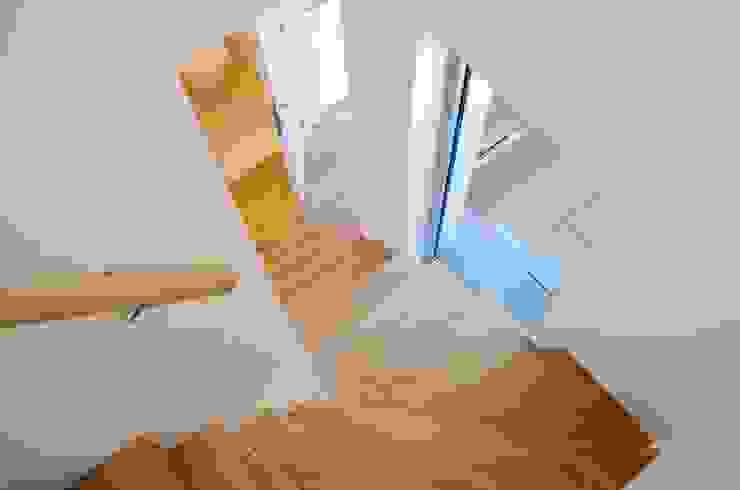 Avramovic Sion Couloir, entrée, escaliers modernes par Modelmo ScPRL Moderne