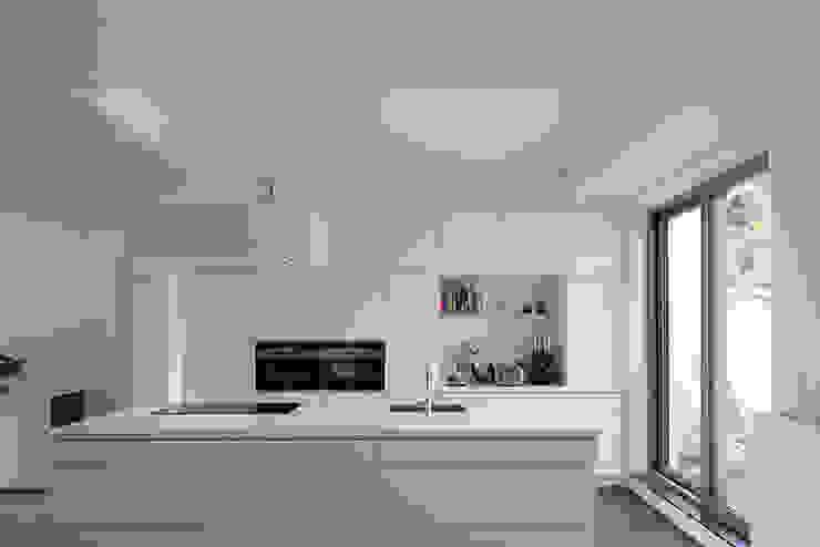 現代廚房設計點子、靈感&圖片 根據 Modelmo ScPRL 現代風