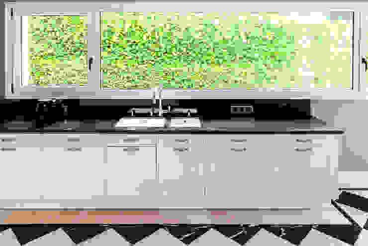 Modern kitchen by Belén Sueiro Modern