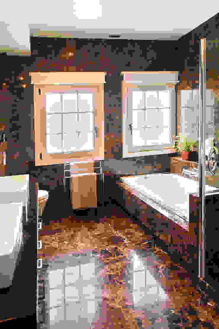 Modern bathroom by Belén Sueiro Modern