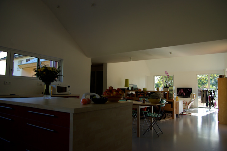 La cuisine, vue vers le séjour Cuisine moderne par Atelier d'Architecture Marc Lafagne, architecte dplg Moderne