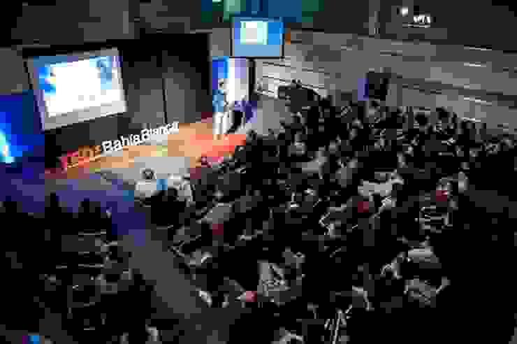 TEDx Bahía Blanca. De la cueva a la casa sustentable. de La Casa G: La Casa Sustentable en Argentina Moderno
