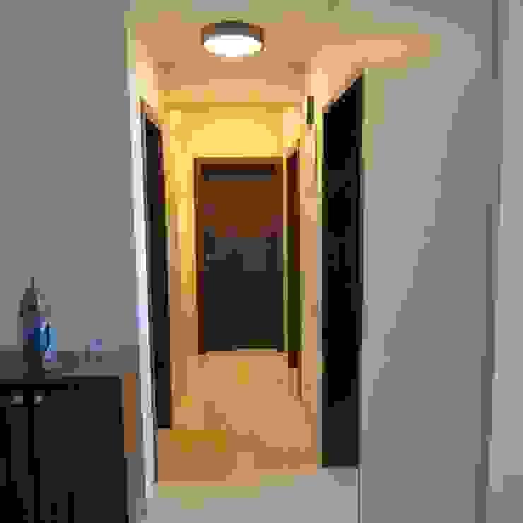 Resident in Mulund Minimalist corridor, hallway & stairs by TWISHA THAKKER Minimalist