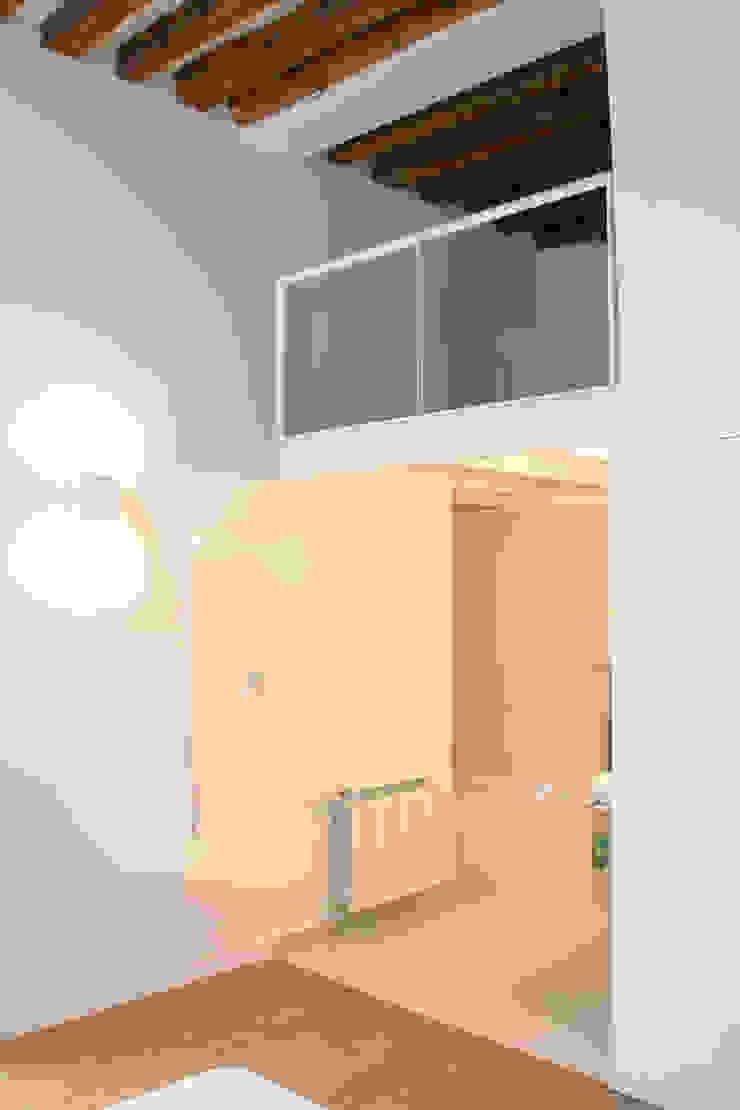 Rehabilitación de edificio ATOCHA. Madrid Baños de estilo moderno de Beriot, Bernardini arquitectos Moderno