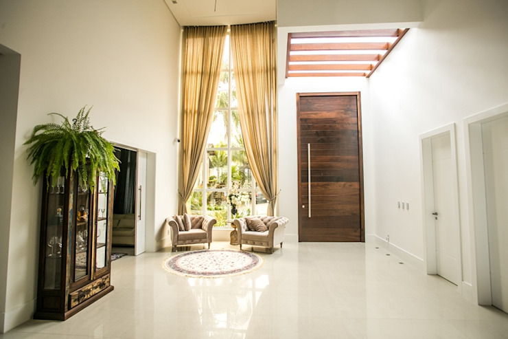Classic style corridor, hallway and stairs by Roma Arquitetura Classic