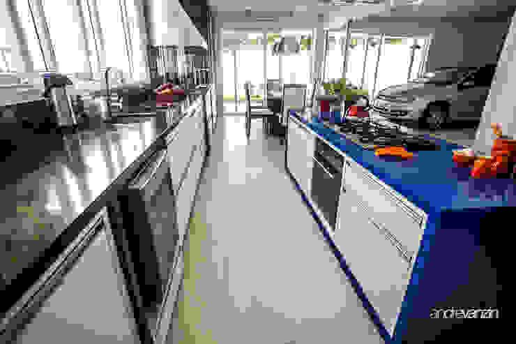 Modern Kitchen by Roma Arquitetura Modern