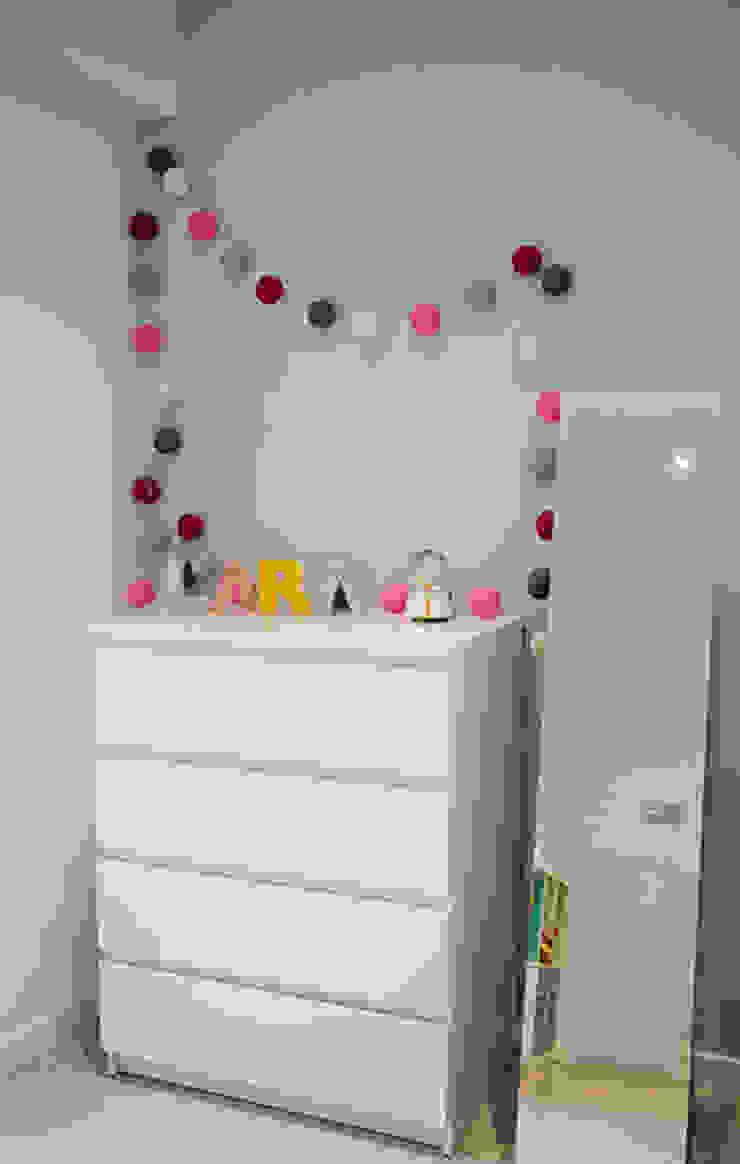 Chiralt Arquitectos Minimalist nursery/kids room