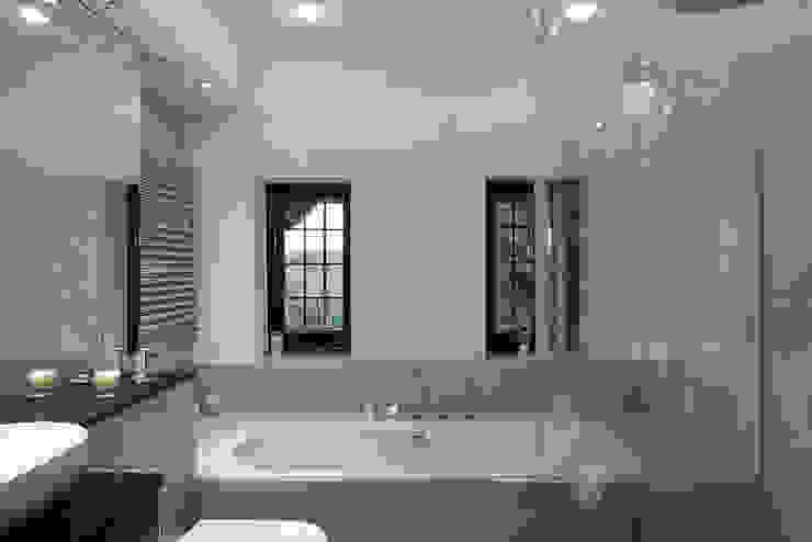Luxury Modern Cottage Buckinghamshire Quirke McNamara Baños de estilo clásico Beige