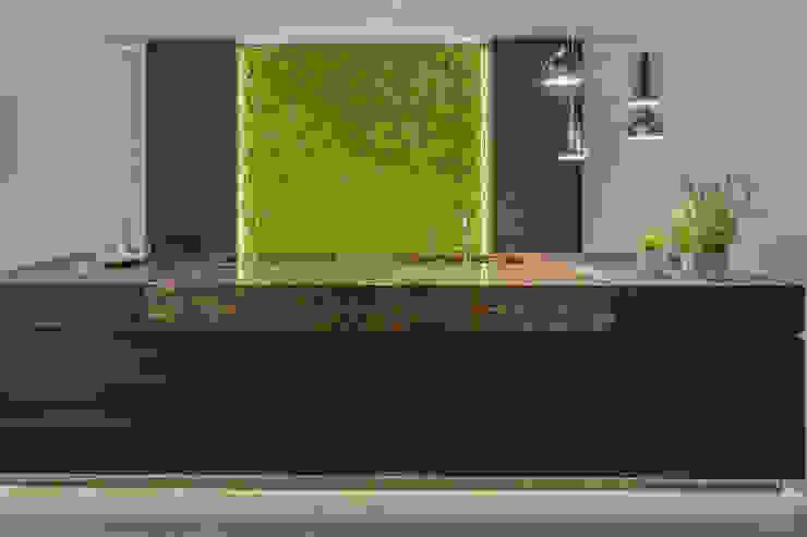Oryginalny mech Moss Trend, Gruppo 5, Vicenza, Włochy Nowoczesna kuchnia od BandIt Design Nowoczesny Granit