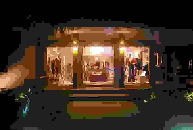Vista entrada á noite Lojas & Imóveis comerciais ecléticos por Viki Kirsten Eclético