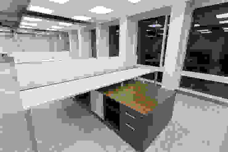 Corficolombiana Estudios y despachos de estilo moderno de Qualittá Arquitectura Moderno Aglomerado