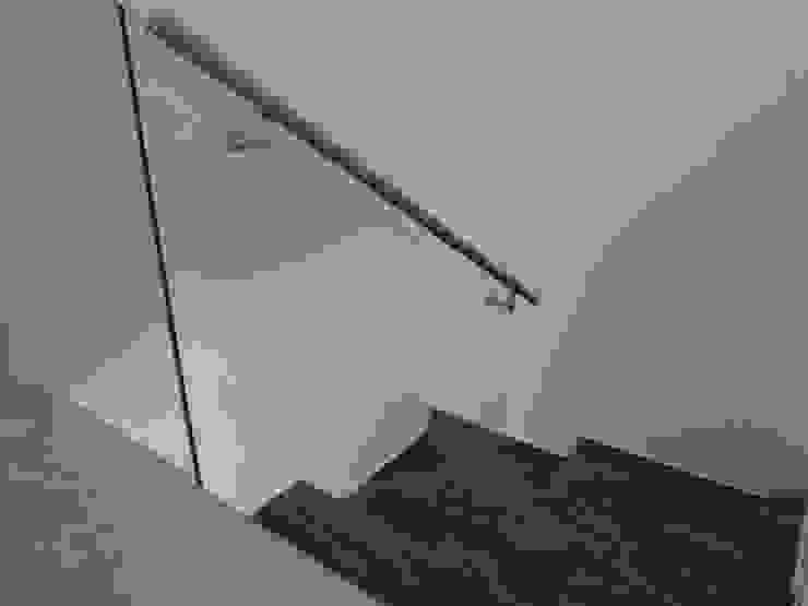 Couloir, entrée, escaliers modernes par CONSTRUCTORA ARQOCE Moderne