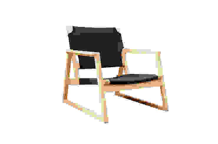easy chair: Tunnel worksが手掛けた折衷的なです。,オリジナル 木 木目調