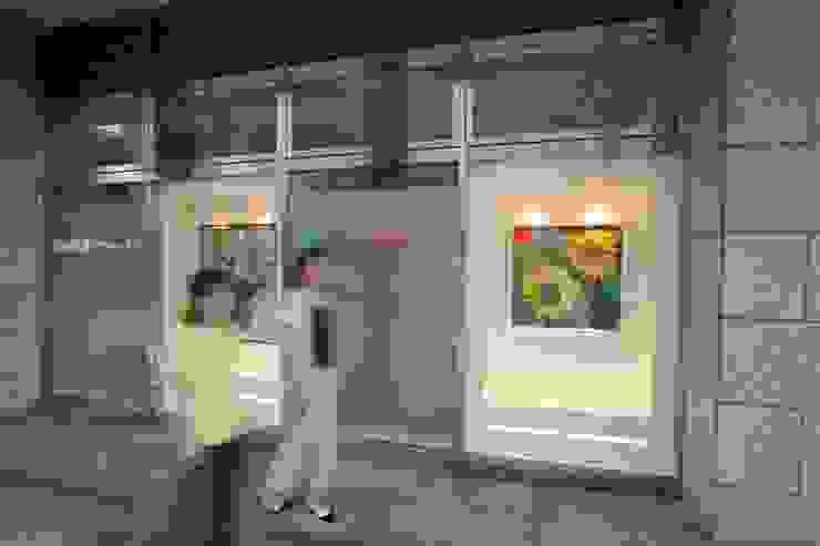 薬局 外観部分(通りに向けた画廊風ディスプレイ 絵画 昼) モダンな医療機関 の 吉田設計+アトリエアジュール モダン