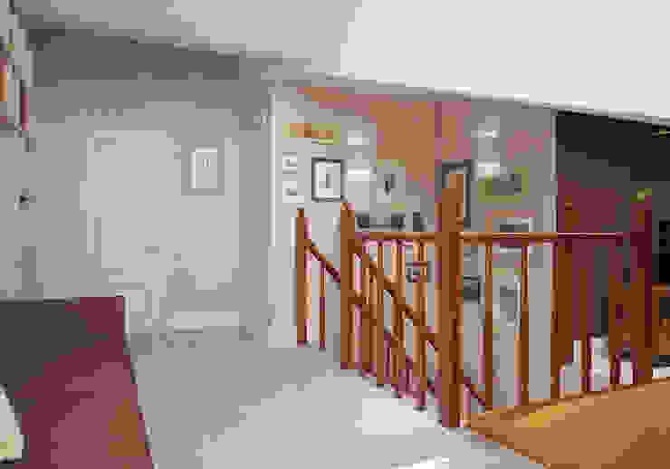 Холл. Два этажа уюта Коридор, прихожая и лестница в эклектичном стиле от «Студия 3.14» Эклектичный