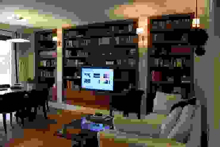 Salas multimedia de estilo clásico de Sic! Zuzanna Dziurawiec Clásico Madera Acabado en madera