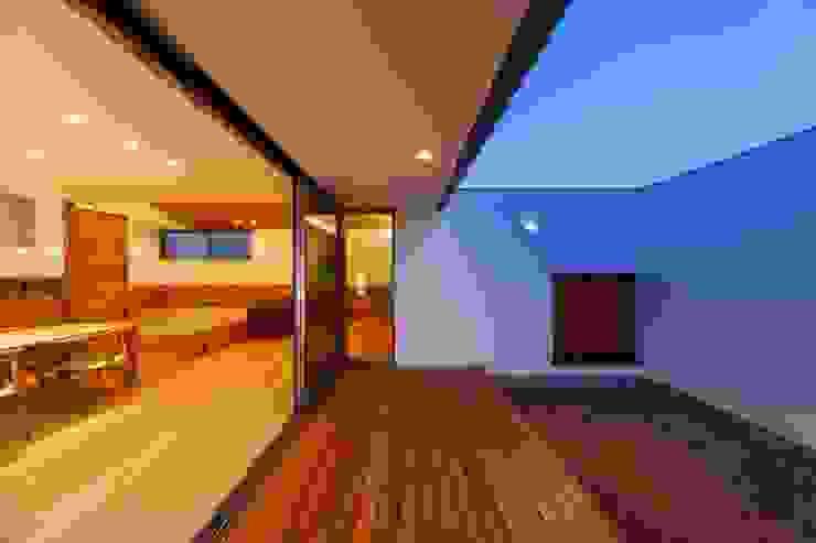 haus-slou モダンデザインの テラス の 一級建築士事務所haus モダン 木 木目調