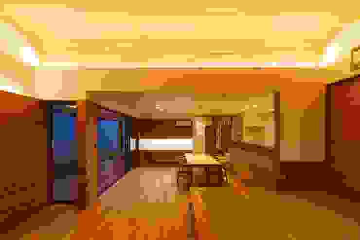haus-slou モダンデザインの リビング の 一級建築士事務所haus モダン 木 木目調