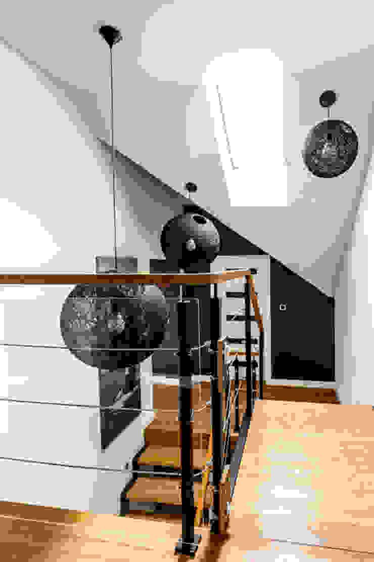 Our photoshoot of apartment design by Decocafe Architects Nowoczesny korytarz, przedpokój i schody od Ayuko Studio Nowoczesny