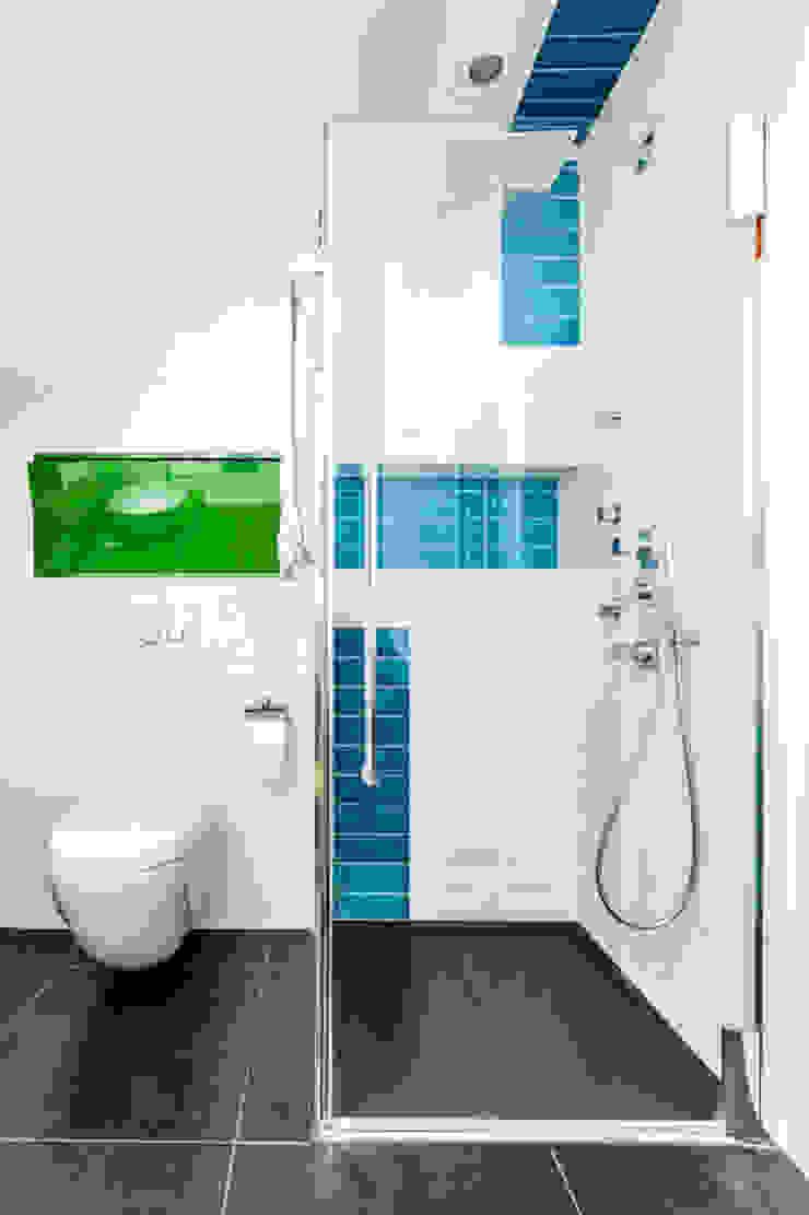 Our photoshoot of apartment design by Decocafe Architects Nowoczesna łazienka od Ayuko Studio Nowoczesny Ceramiczny