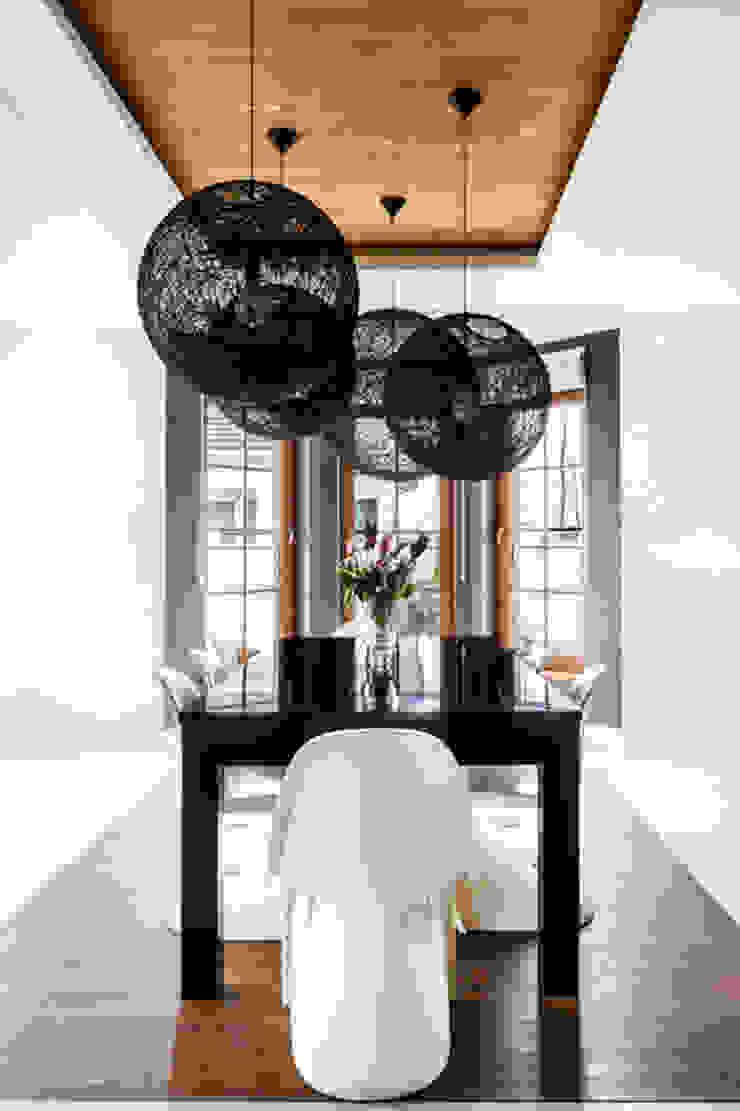 Our photoshoot of apartment design by Decocafe Architects Nowoczesna jadalnia od Ayuko Studio Nowoczesny