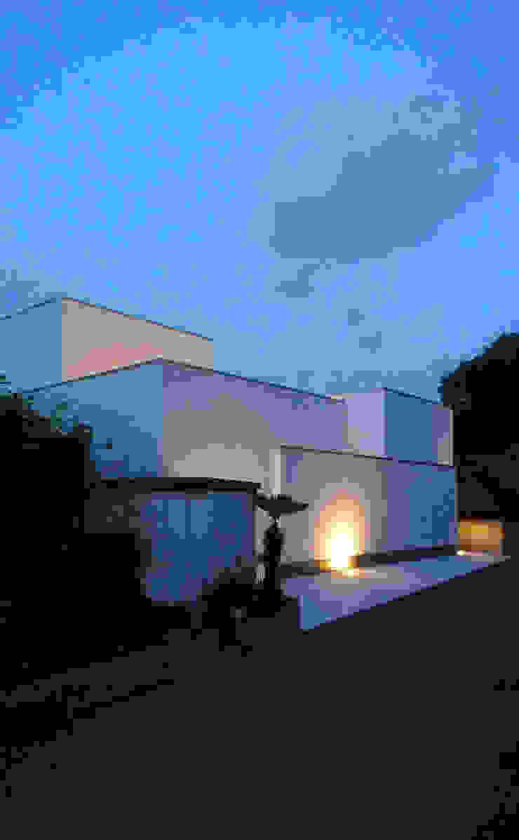 南側外観(夜景) オリジナルな 家 の design office ON オリジナル