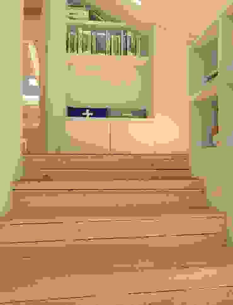 Pasillos, vestíbulos y escaleras modernos de Sic! Zuzanna Dziurawiec Moderno Madera Acabado en madera