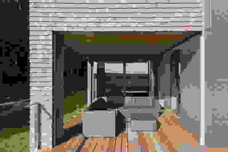 Balcones y terrazas de estilo moderno de BURO5 - architectes & associés Moderno