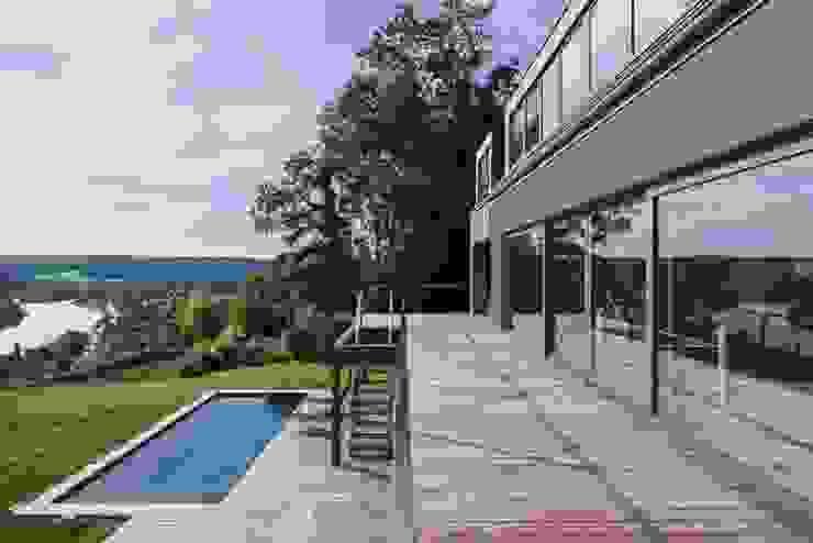 Transformation de la villa E: Terrasse de style  par BURO5 - architectes & associés