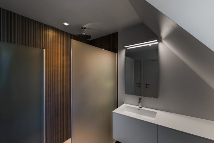Modern bathroom by BURO5 - architectes & associés Modern
