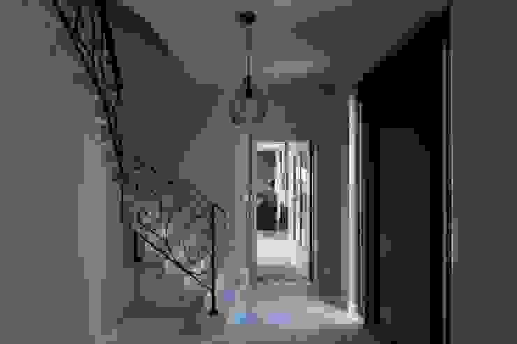 Pasillos, vestíbulos y escaleras de estilo moderno de BURO5 - architectes & associés Moderno
