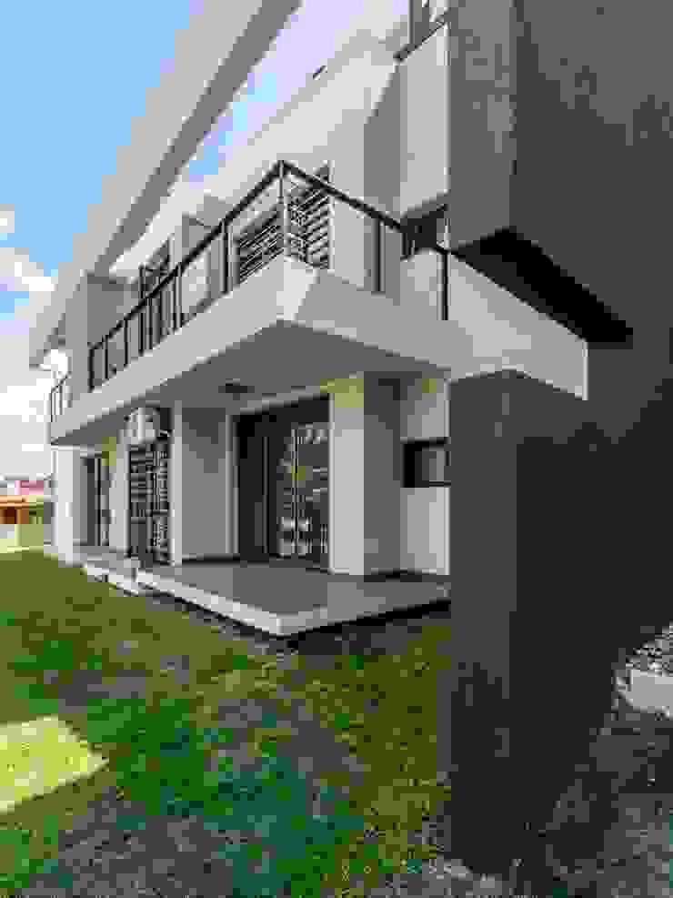 Modern houses by CELOIRA CALDERON ARQUITECTOS Modern