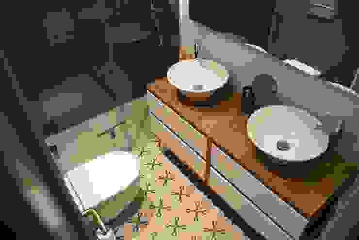 Baños de estilo  por STUDI+2 disseny d'interiors,